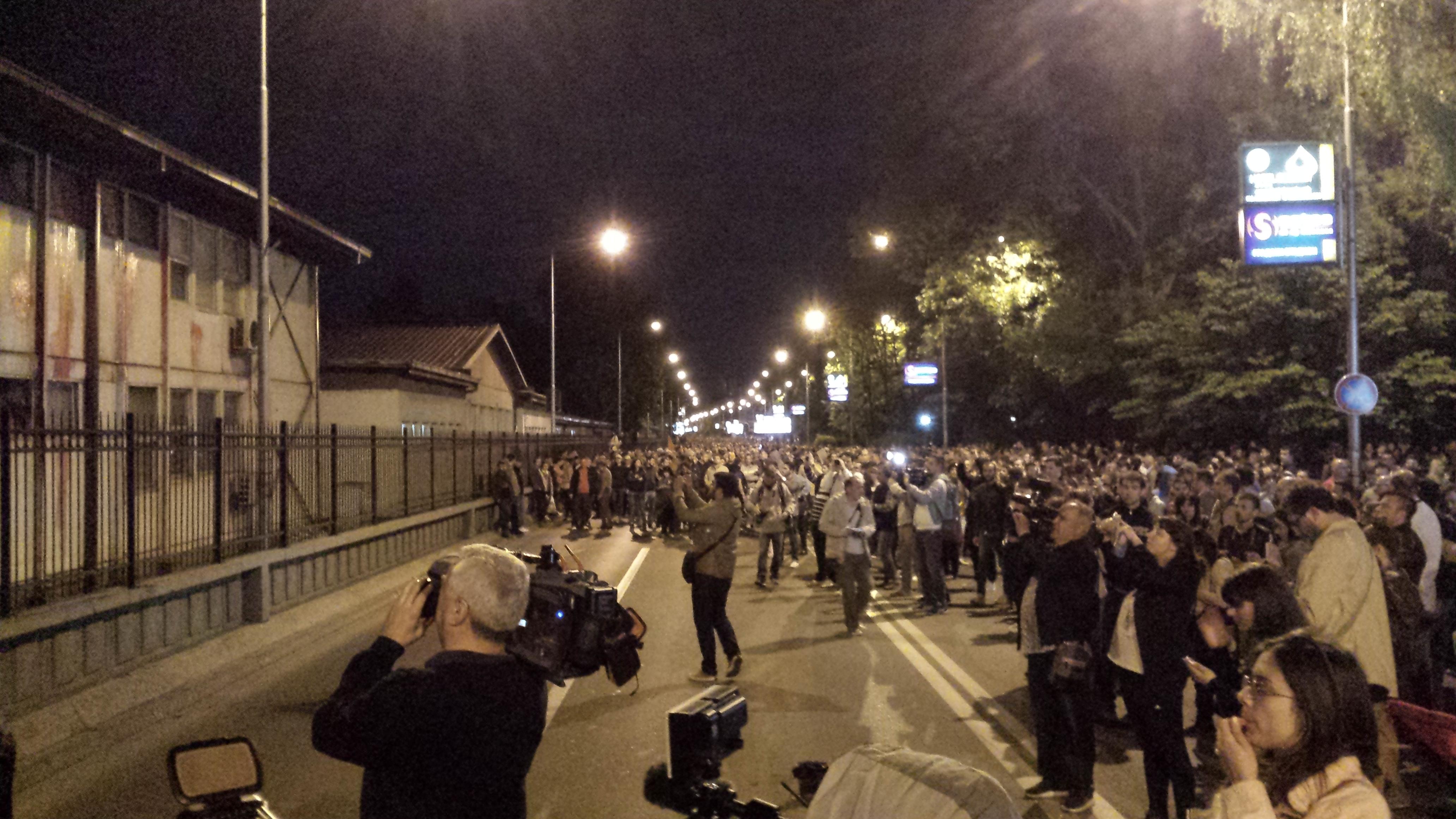 Демонстрантите фрлаат боја од булеварот Илинден кон бараките на градската администрација (Фото:СДК.МК)