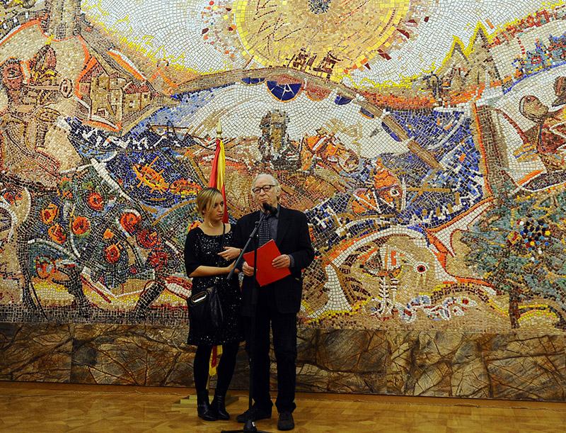 Академик Глигор Чемерски со ќерката Елена пред своето дело во Кабинетот на претседателот на државата