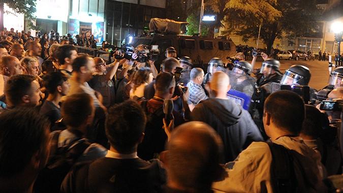 Блокада пред седиштето на Мисијата на ЕУ за демонстрантите да се спречат да одат кон Водно каде што е седиштето и резиденцијата на Претседателот на државата (Фото: СДК.МК)