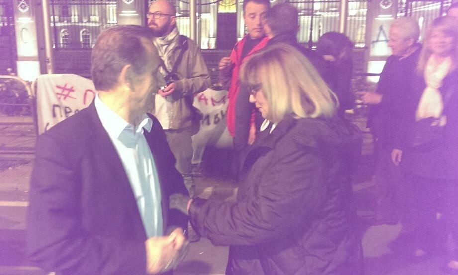 На протестите на Шарената револуција пролетта Димитрова се сретна со поранешниот колега пратеник од првиот состав Исмет Рамадани (Фото: СДК.МК)