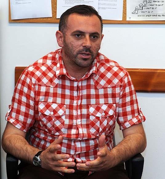 Висар Кахримани е постојано покрај колегата Газменд и покрај тоа што му помага да се движи низ кампусот, заедно ја прават и дипломската работа која може да биде револуционерен чекор во Македонија (Фото: СДК.МК)