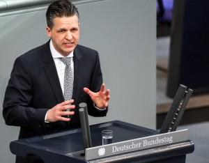 """покрај спроведувањето на договорот од Пржино и државните реформи, многу е важно да се направи и исчекор во однос на спорот со името. Тука ЕУ, а сигурно и германска влада имаат дел од својата одговорност"""", истакна за САКАМДАКАЖАМ.КОМ Торстен Фрај, пратеник од ЦДУ-ЦСУ во Бундестагот"""