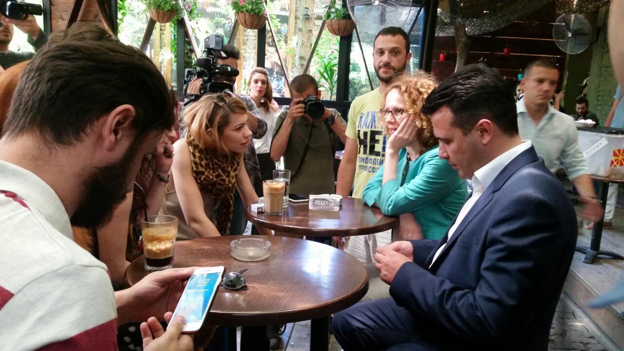 Набрзо по отварањето на донаторската забава во кафулето пристигнаа и лидерот на СДСМ Зоран Заев и потпретседателката на партијата Радмила Шеќеринска (Фото: СДК.МК)