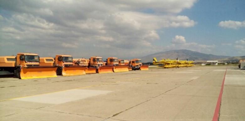 Ер тракторите за гасење пожари паркирани заедно со чистачите на снег ја чекаат зимата на платформата на Скопскиот аеродром (аматерска фотографија направена вчера од патник на авион)