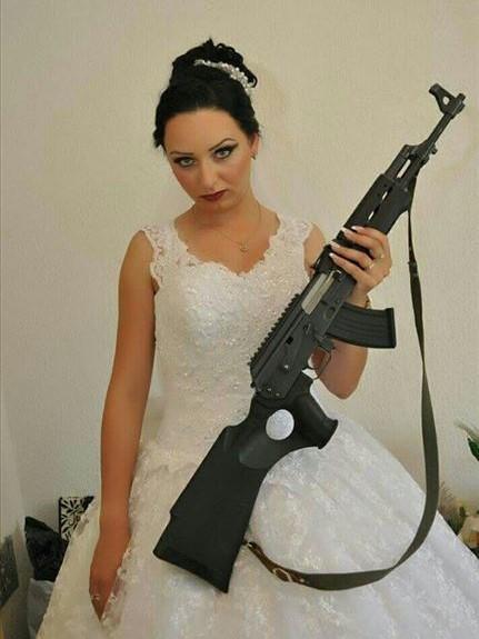Според СДСМ дека невестата е нововработена секретарка на началникот на униформираната полиција во СВР Битола и нејзините фотографии од свадбата се шират на Фејсбук