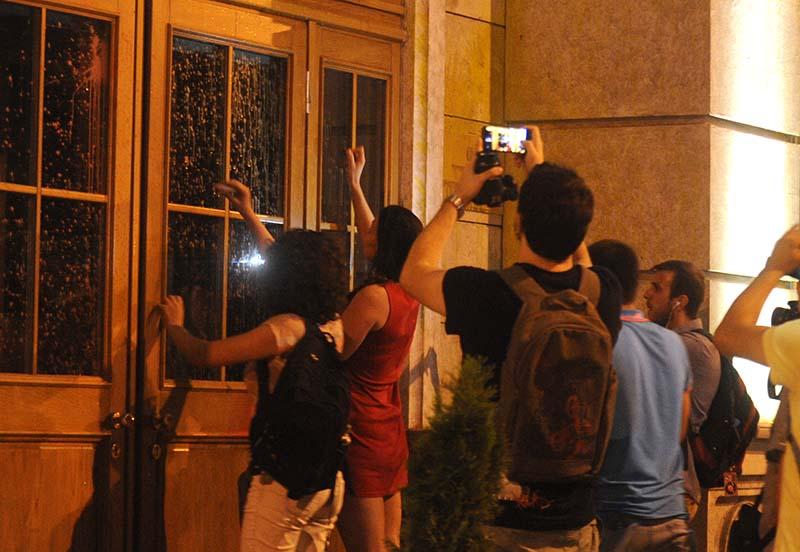 Откако демонстрантите се пробија до Министерството за финансии, ја обоија фасадата во знак на протест за најавеното задолжување од 650 милиони евра, а група девојки со кармин испишаа пораки на вратата (Фото: СДК.МК)