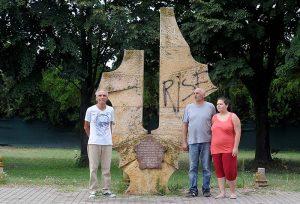 Браќата Затенко - Зоран и Димитрие (десно) со ќерка му Ива, крстена по дедо ѝ Иван, пред споменикот на Првиот скопски партизански одред