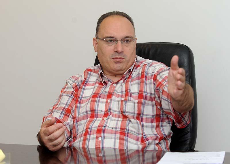 """""""Место да го истражи случајот во Скопскиот катастар, Агенцијата за катастар испрати формален одговор во кој вели дека службените лица кои постапувале по пријавите за запишување на становите во Катастарот на недвижности, самостојно донеле потврди во рамките на дадените овластувања. Тоа е како службено лице во МВР самостојно во рамките на неговите овластувања да издаде нелегална лична карта и да не одговара за тоа. Агенцијата не кажува ни дали ќе ги открие, дали ќе ги казни тие вработени во Скопски катастар кои селективно впишувале имот во една иста зграда, ниту дали ќе ги пријави кај јавен обвинител"""", вели државниот советник кај Народниот правобранител Зоран Билбиловски"""