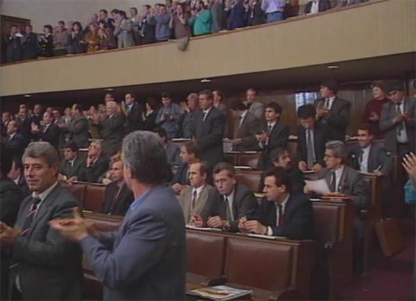 """""""Кога претседателот на Собранието Стојан Андов рече 'кој е за', ние тројцата независни пратеници седевме во првите редови. Дигнав рака и погледнав кај пратениците на ВМРО-ДПМНЕ и видов дека сите дигнаа рака. На левата страна видов дека пратениците на ПДП седеа со скрстени раце. Уставот се донесе"""". (архивска снимка)"""