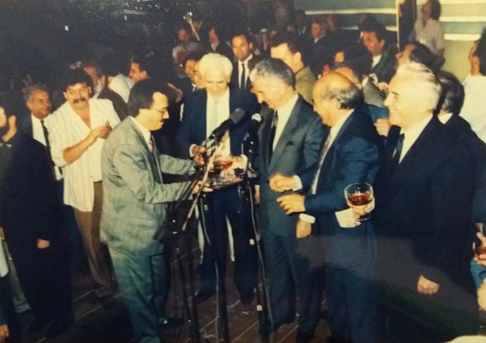 Градоначалникот на Скопје Милан Талевски ги послужува претседателот на државата Киро Глигоров и премиерот Никола Кљусев со шампањско што спонтано го донел на прославата, оти немало никаков протокол (од архивата на Милан Талевски)