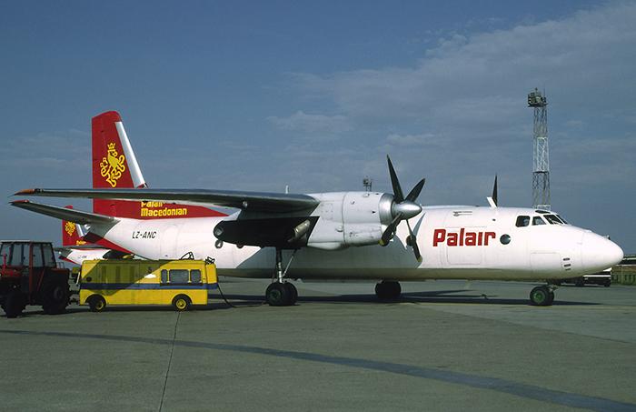 """Првиот авион на """"Палер Македонија"""" со кој од Хрватска преку Унгарија беа извлечени триесетина македонски војници од ЈНА што беа декларирани како туристи од Будимпешта за Охрид (фотографијата е снимена на Белградскииот аеродром во ноември 1991 година)"""