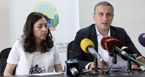 Директорката на Бирото за лекови Марија Дарковска со министерот за здравство Никола Тодоров на прес-конференција за препарати на база на канабис на 14 мај. (Фото: МИА)