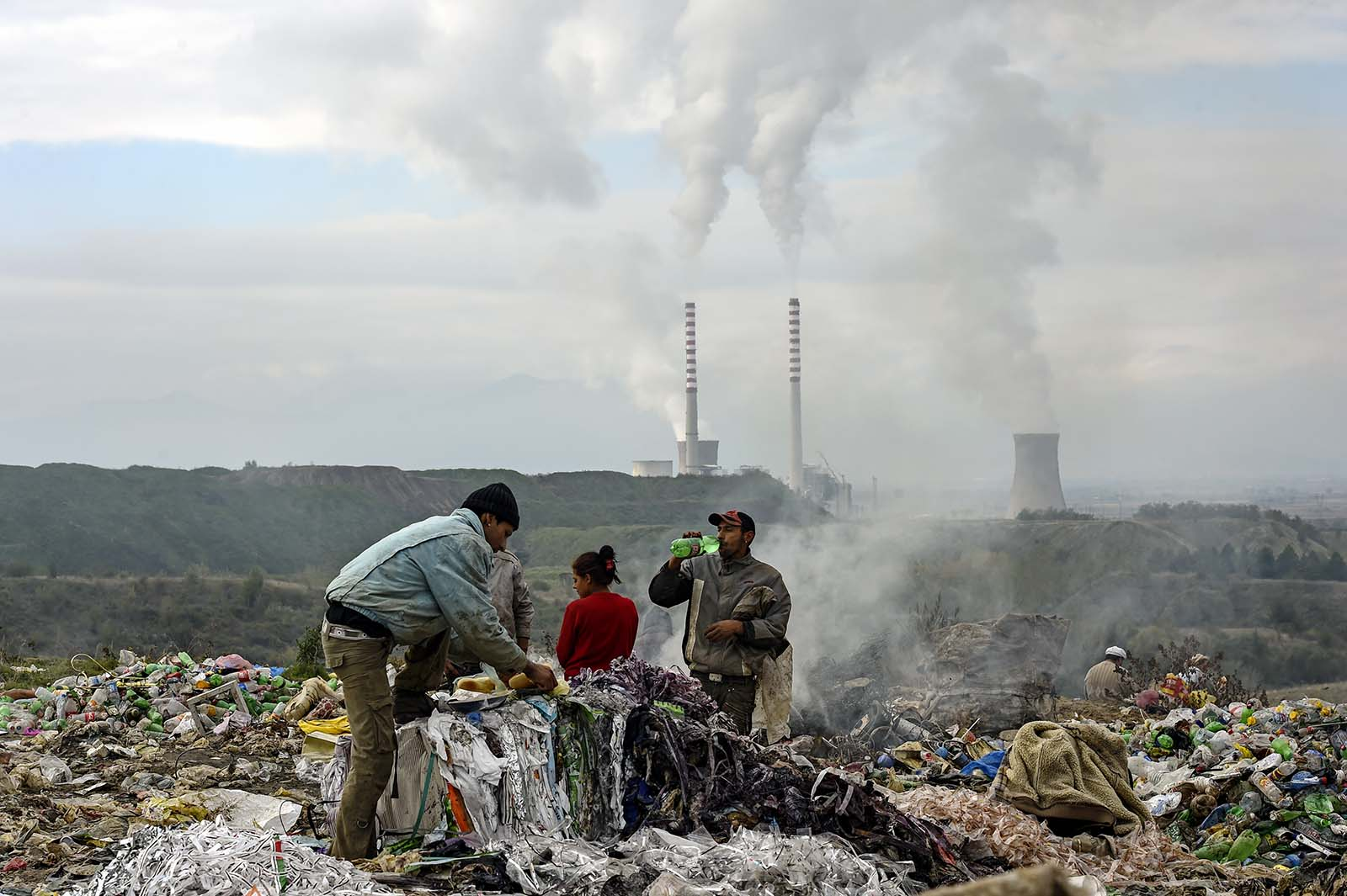 Луѓе собираат пластична амбалажа од депонијата (Фото: Ѓ. Личовски)