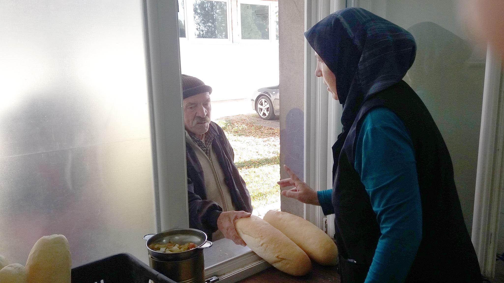 """""""Камо да имав и јас повеќе, па да можам уште им давам"""", вели Беглија Азири, која корисниците на народната кујна во Тетово од милост ја викаат """"директорка"""" и која секој ден готви 100 оброци (Фото: Зандон)"""
