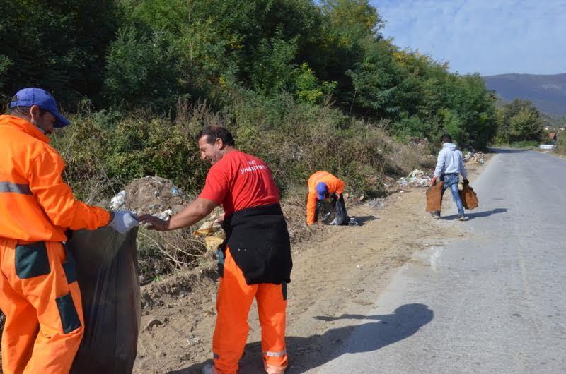 """,,Проблем ни се дивите депонии. Годишно двапати ги чистиме, но повторно се создаваат"""", велат комуналците (Фото: СДК.МК)"""