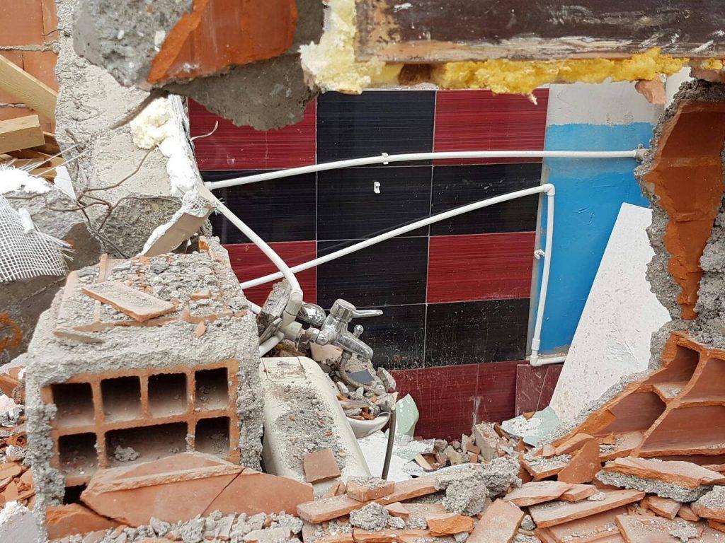 Народниот правобранител побара одложување на уривањето, но Општината Ѓорче Петров и инспекторатот воопшто не му одговорија, туку го срушија купатилото на Коце (Фото: Ѓ. Личовски)
