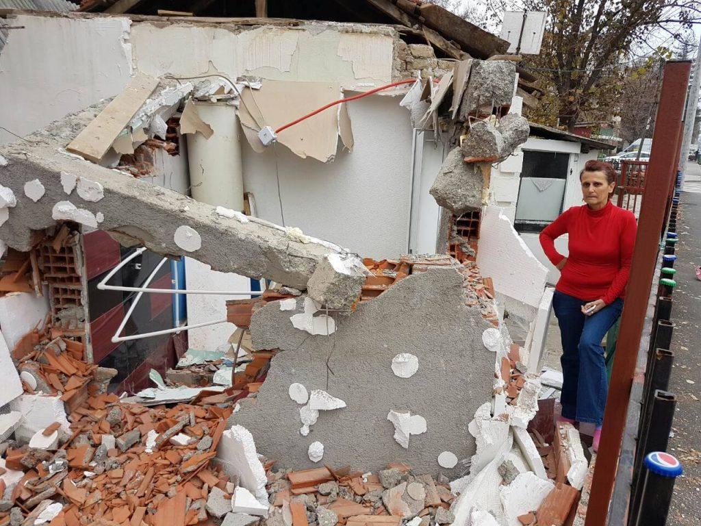 """Елица нема никакво право да го обжали решението за уривање. Нејзе, всушност, никогаш и не ѝ е врачено решение за уривање на градбата, бидејќи таа не го градеше купатилото, туку ЈП """"Улици и патишта"""", по налог на градоначалникот Коце Трајановски (Фото: СДК.МК)"""