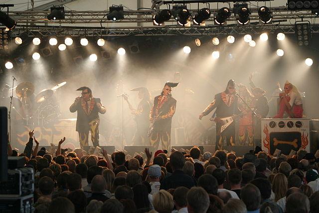 """Во 1993 ансамблот стана дел од поп културата со заедничките концерти со финската група """"Ленинград каубојс"""" во Хелсинки и пред 70.000 публика во Берлин"""