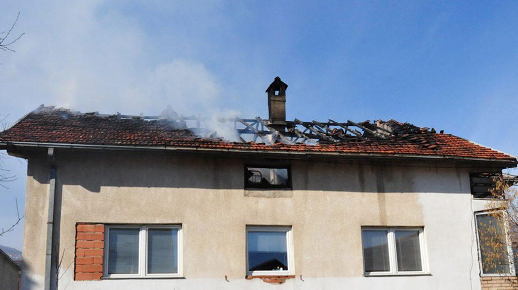 Откако почна грејната сезона речиси секој ден интервенираме и гаснеме по некој запален оџак, велат тетовските пожарникари (Фото: Зандон за СДК.МК)
