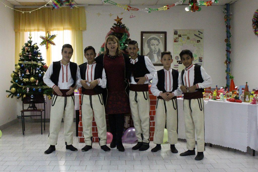 Децата од играорната секција на Заводот со директорката Маре Стојменовска Мицевска (Фото: СДК.МК)