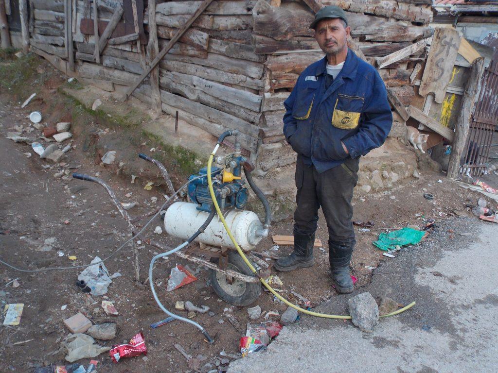 Во Картон Маало нема канализација, ни водоводни цевки, само по некој хидрофор за да се исцрпи вода, која кога ќе надојде децата ја полнат во пластични шишиња и ја носат дома. Од неа пијат, се капат, готват (Фото: СДК.МК)