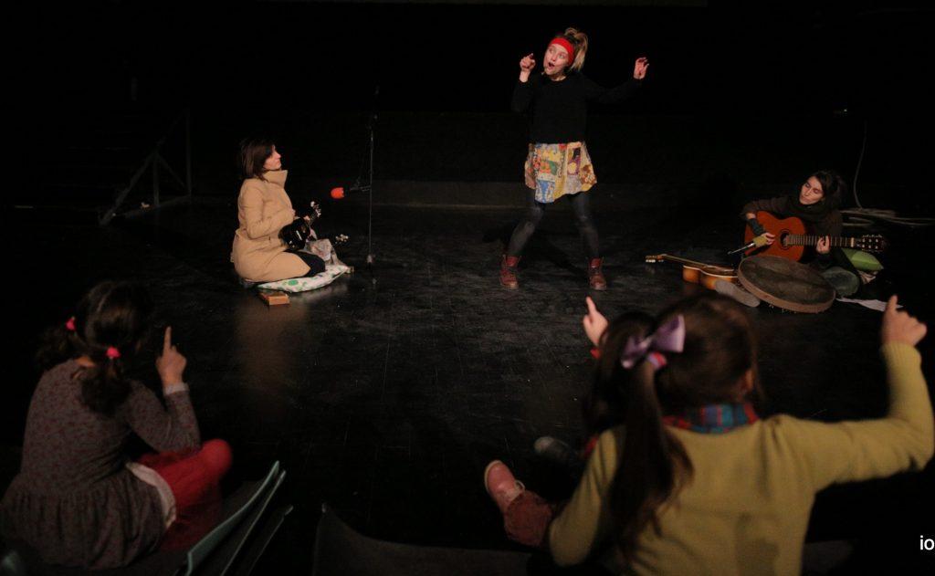 """Двете групи деца, бегалците од војните и македонските деца, се засакаа уште пред да се сретнат. Буден театар жали што што децата бегалци додека ги чекаат своите дозволи за влез во ЕУ, не се вклучени во нашето општество ами зависат од грижата на невладините организации ; -""""Писмо никому"""" со актерката Сара Климоска и музичариките Драгана Заревска и Катарина Димитровска (Фото: Д. Христов)"""