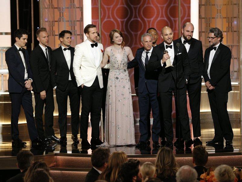"""Мјузиклот """"Ла Ла ленд"""" освои рекордни 7 Златни глобуси, меѓу кои и за најдобра комедија или мјузикл, за најдобра режија за Дамиен Казеле и за актерите Рајан Гослинг и Ема Стоун (Фото: АП)"""
