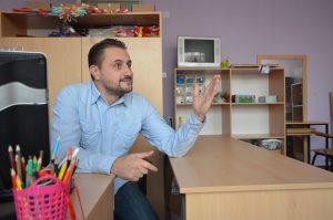 родителите сѐ помалку одвојуваат време за децата да ја осознаат средината и да им помогнат при комуникацијата, вели дефектологот Спасе Додевски (Фото: СДК.МК)