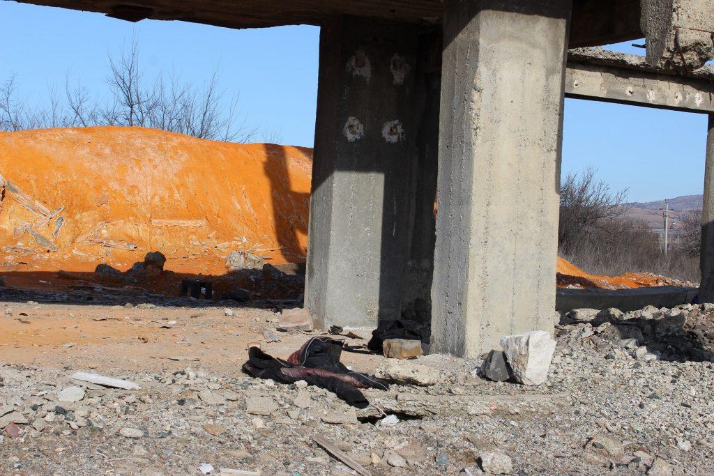 Бидејќи депонијата не е оградена ниту има предупредувачки знак дека теренот е контиминиран, цели бегалски семејства со деца тука седеле со денови (Фото: СДК.МК)