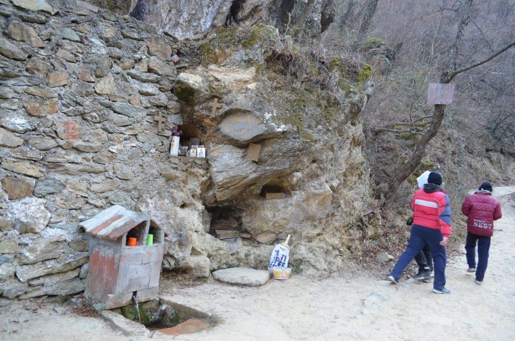 По патеката има неколку мали водопади и природни извори за кои струмичани сметаат дека се со света вода (Фото: СДК.МК)