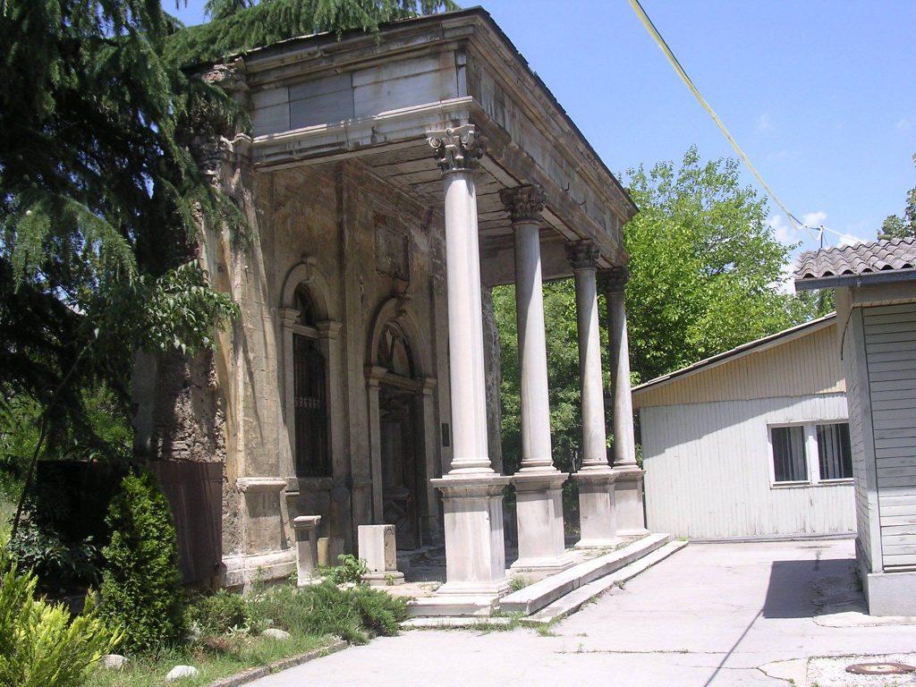 Од старата Учителска школа зад општинските бараки на Центар, зачувана е влезната врата, која последниве десетина години им служи на скопјани за свадбени фотосесии