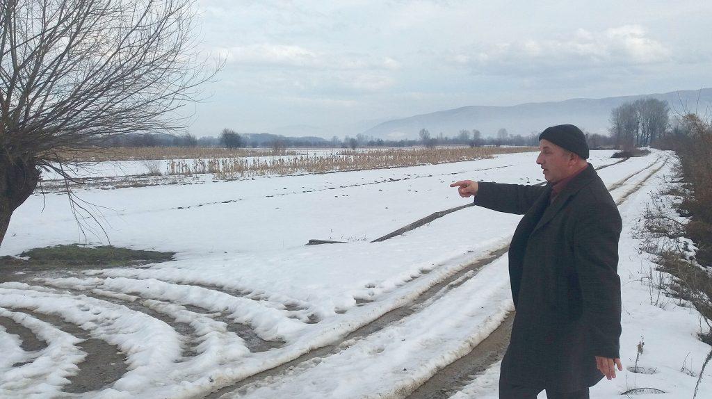 """""""Татко ми ми кажуваше дека тогаш, кога функционирал аеродромот, строго било забрането да се садат дрвја кои високо растат како тополи, бидејќи можеле да им пречат на авионите"""", вели Гајур Вејсели од Жеровјане (Фото: СДК.МК)"""