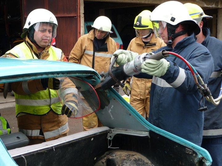 """Бидејќи оцениле дека само обезбедувањето на опремата не е доволно, волонтери од """"Операција Флориjан"""" изминатиов период обучиле вкупно 250 пожарникари за гасење пожари во урбани средини, за спасување во сообраќајки, спасување давеници и потрага и спасување во урбана средина (Фото: СДК.МК)"""