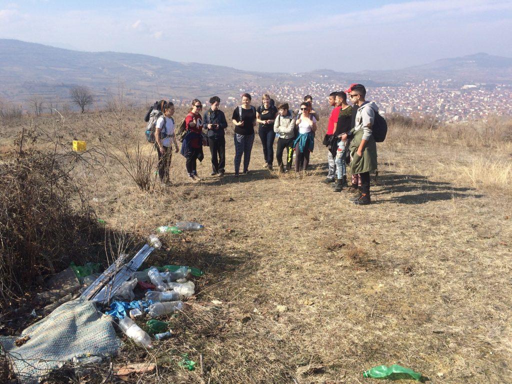Волонтери од земјава и странство ги чистат дивите депонии, но тие пак се создаваат (Фото: СДК.МК)