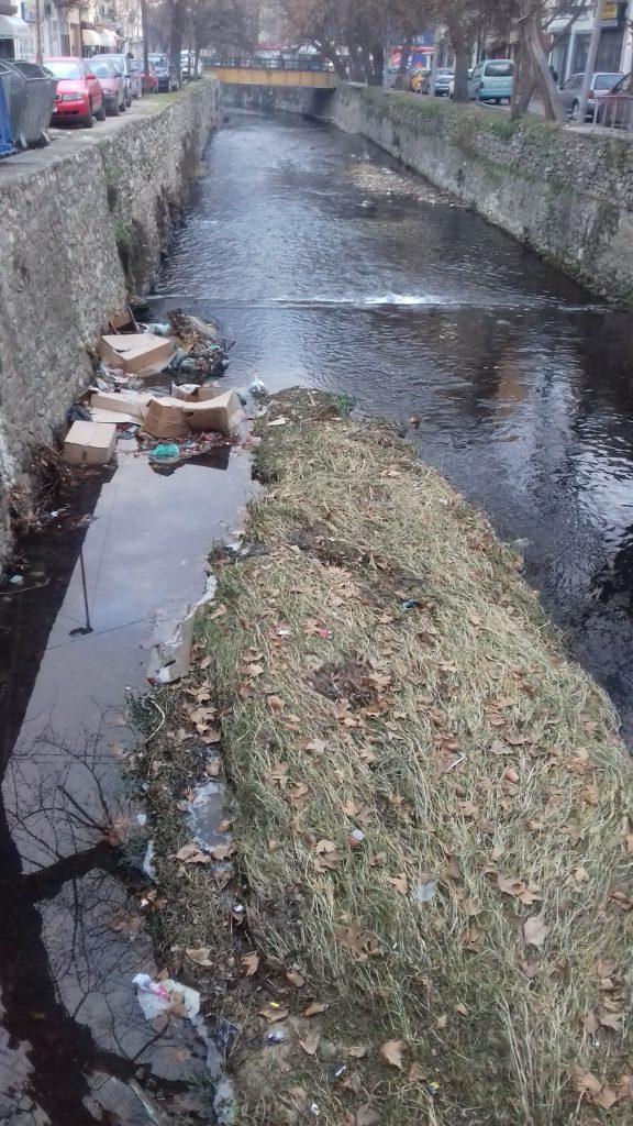 Драгор почна да станува и ѓубриште, дел од отпадот во битолската чаршија завршува в река (Фото: СДК.МК)