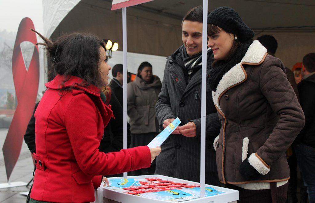 Ако се стави клуч на сите сервиси, тогаш за многу кусо време можеме да очекуваме епидемија од ХИВ, како што беше случајот во Романија и Србија, велат во ХЕРА; - од кампања против СИДА (Фото: СДК.МК)