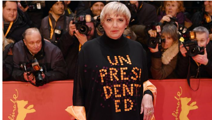 """Лидерката на Зелената партија и потпретседателка на Бундестагот Клаудија Рот носеше црн фустан на кој со големи букви беше испишано """"непретседателски"""" – алузија на неписменоста на американскиот претседател Доналд Трамп (кој еднаш во твит напиша """"непретседателски"""" место """"без преседан"""")"""