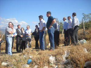 """Десетте општини од Југоистокот во 2012 одлучија да преговараат со австриската компанија """"АСА Интернешнел"""", како единствена фирма што се јави на објавениот конкурс; - од посетата на депонијата """"Шапкар"""" во 2012 (Фото: СДК.МК)"""