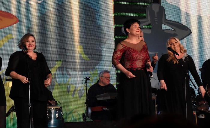 """На задоволство на публиката, женската петорка предводена од Росана ја испеа и познатата """"Признавам"""". (Фото: СДК.МК)"""