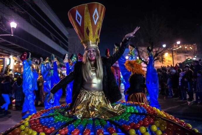 Странските гостите велат дека се изненадени од гостопримливоста и ниските цени на градот за време на карневалот. (Фото: Ѓ. Личовски)