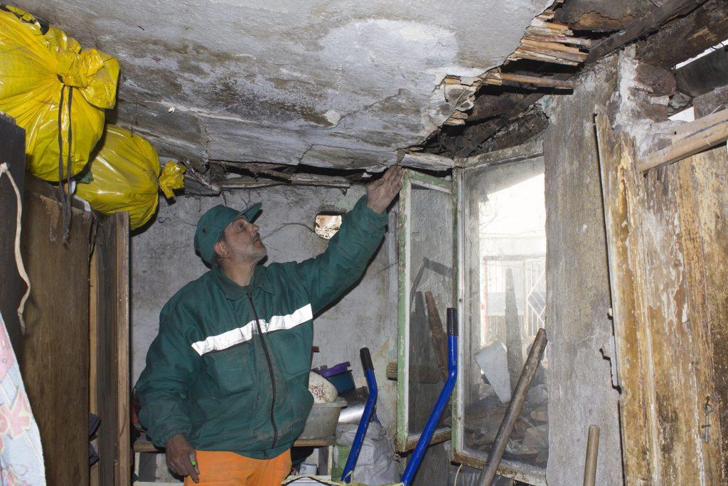 Куќата е стара и трошна, кровот протекува, па парчиња малтер и трска отпаѓаат од плафонот на собите и можат секој момент некого да повредат (Фото: СДК.МК)