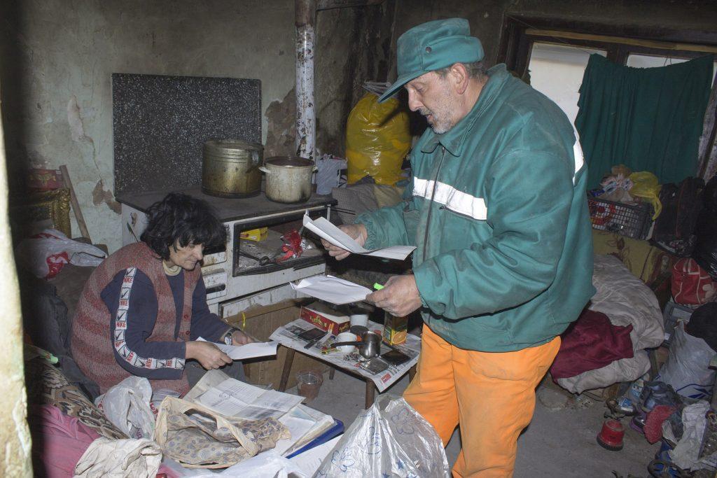 Зоран и неговата сопруга Магдалена ги бараат лекарските потврди за степенот на ретардација на децата (Фото: СДК.МК)