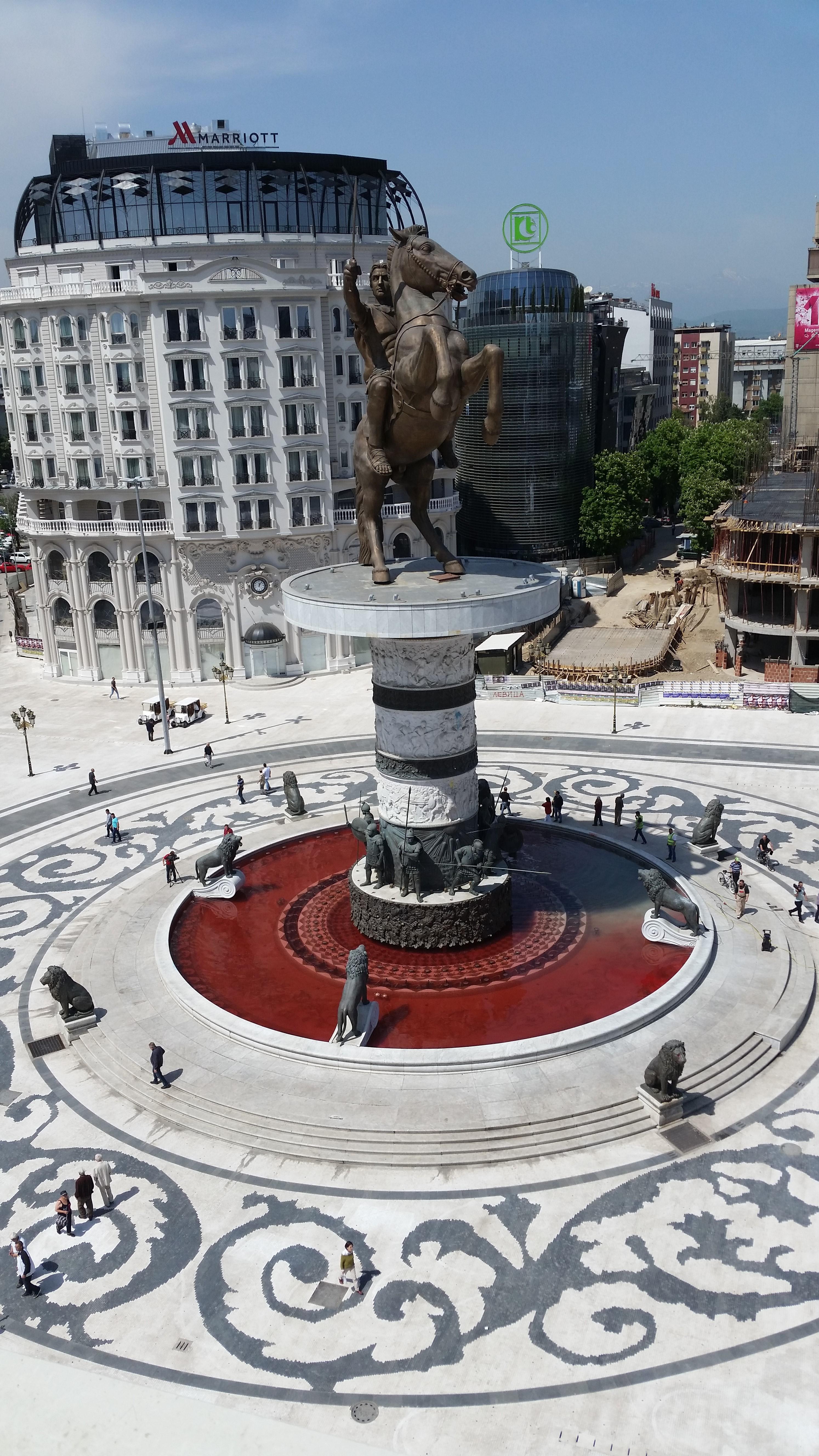 Крваво црвена водата во фонтаната на плоштад