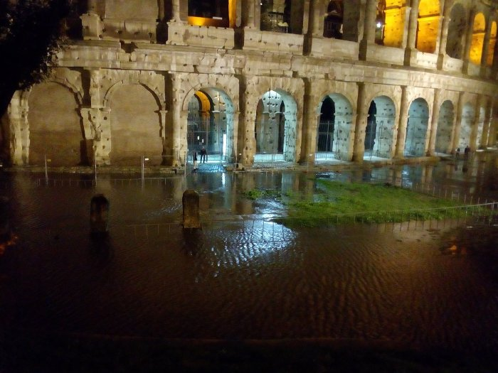 ДВАЈЦА ЗАГИНАТИ И ДЕСЕТИНА ПОВРЕДЕНИ ПО ТОРНАДОТО БЛИЗУ РИМ
