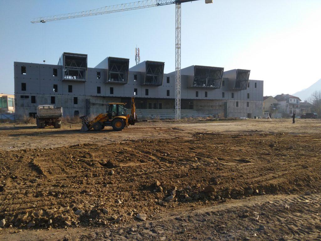 градежни екипи почнаа да го расчистуваат теренот каде треба да се изгради фудбалското игралиште, кое ќе биде според пропозициите на УЕФА со капацитет од 400 посетители (Фото: СДК.МК)