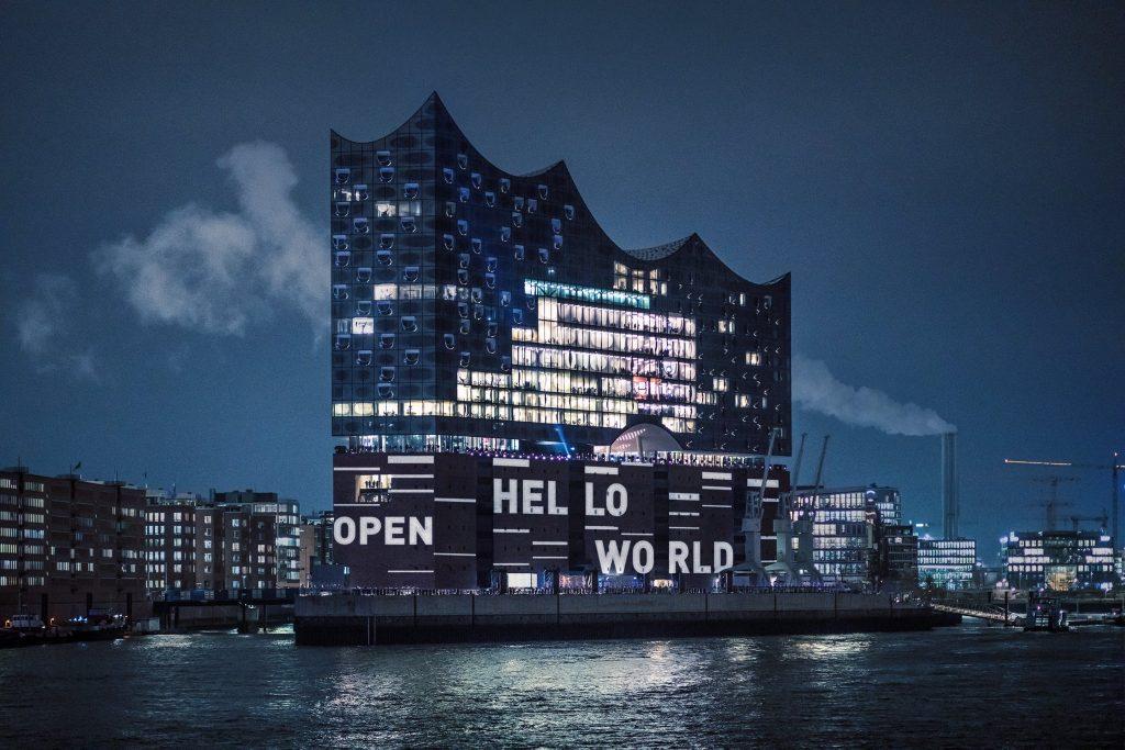 Градбата од челик и стакло, дизјанирана од архитектот Херцог де Мојрон, заврши со вкупно потрошени 789 милиони евра или 10 пати повеќе од планираното (Фото: Фејсбук на Хамбуршката Елбфилхармонија)