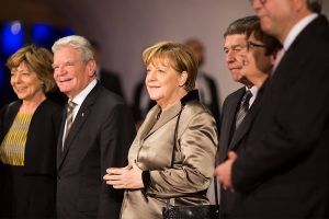 Германската канцеларка Ангела Меркел и претседателот Јоаким Гаук беа меѓу 2,100-те гости на гала отварањето под силно обезбедување (Фото: Фејсбук на Хамбуршката Елбфилхармонија)