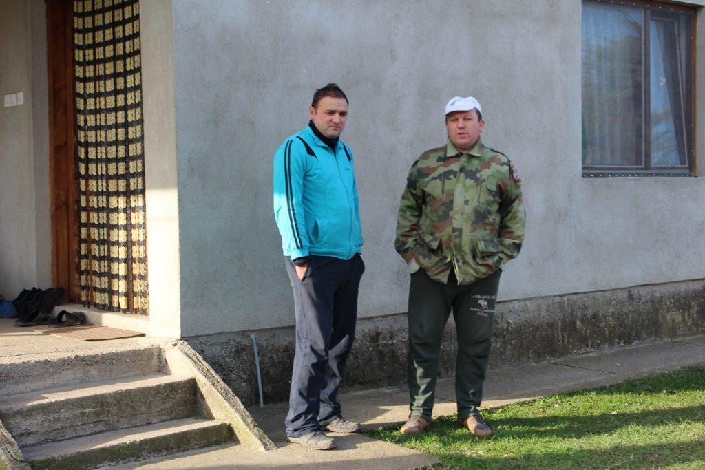 Жителите со години бараат да се исчисти депонијата, да се огради и да се стави предупредувачка табла дека е опасно луѓето да се задржуваат тука, - соседите Игор Томиќ и Зоран Митровиќ од маалото Сланиште (Фото: СДК.МК)