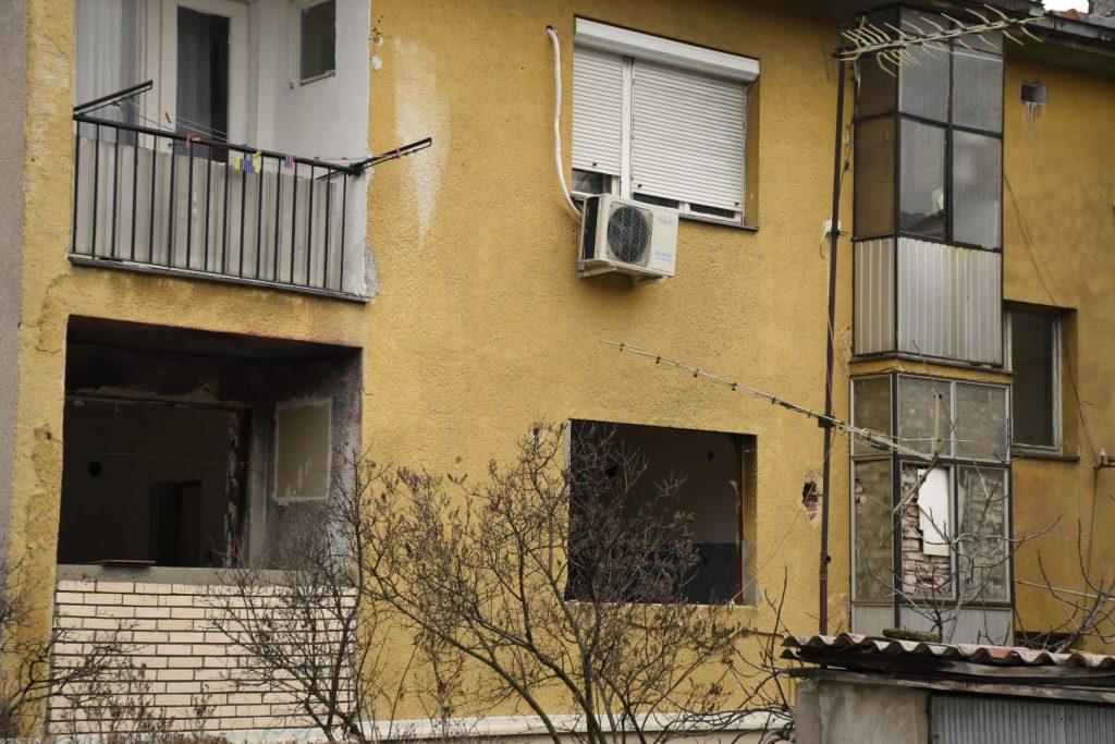 """Станот во зградата кај """"Шампионче"""" во скопската населба Кисела Вода е оставен без врати и прозорци, нема струја, демолиран е целосно (Фото: СДК.МК)"""