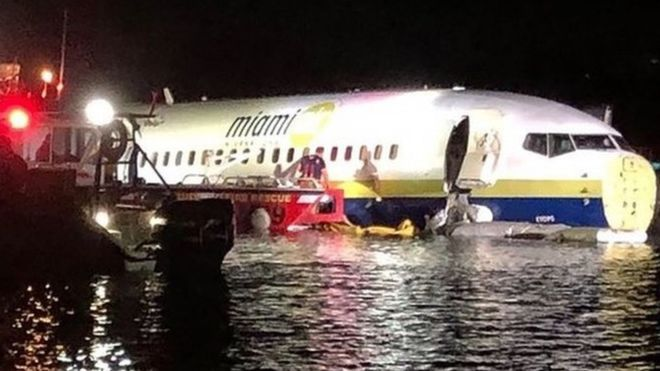 """""""БОИНГ 737"""" СО 143 ЛУЃЕ ЗАВРШИ ВО РЕКА ОТКАКО СЛЕТАЛ ПРИ ГОЛЕМО НЕВРЕМЕ НА ФЛОРИДА, НЕМА ЖРТВИ"""